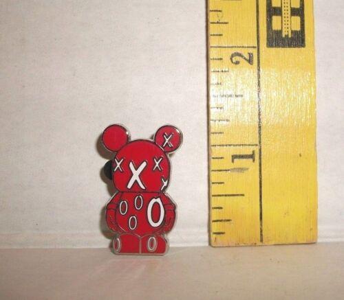 Walt Disney VINYLMATION XXXOOO RED WHITE TRADING Hat Lapel Pin Badge
