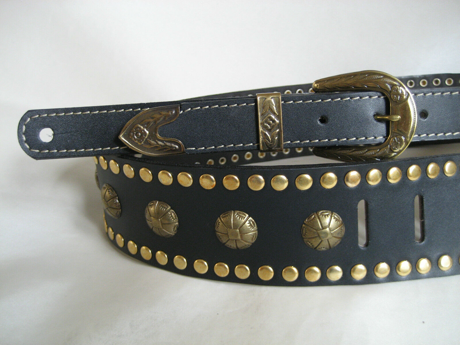 Schwarz  LEATHER STUDDED Gold CONCHO GUITAR STRAP