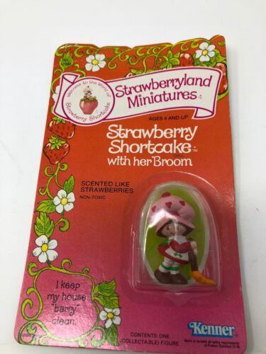 Strawberry Shortcake with her Broom Strawberryland Miniatures Kenner 1982