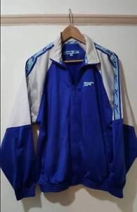 Détails sur Reebok Vintage Bleu Survêtement Sport Veste Fermeture Éclair Taille S SMALL Trackie Rétro afficher le titre d'origine