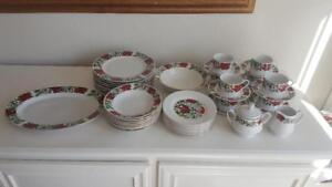 45-PIECE-GIBSON-DESIGNS-POINSETTIA-HOLIDAY-DINNERWARE-SET-EXCELLENT-CONDITION