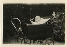 PHOTO ANCIENNE - VINTAGE SNAPSHOT - ENFANT BÉBÉ LANDAU JOUET HOCHET POUPÉE 1927