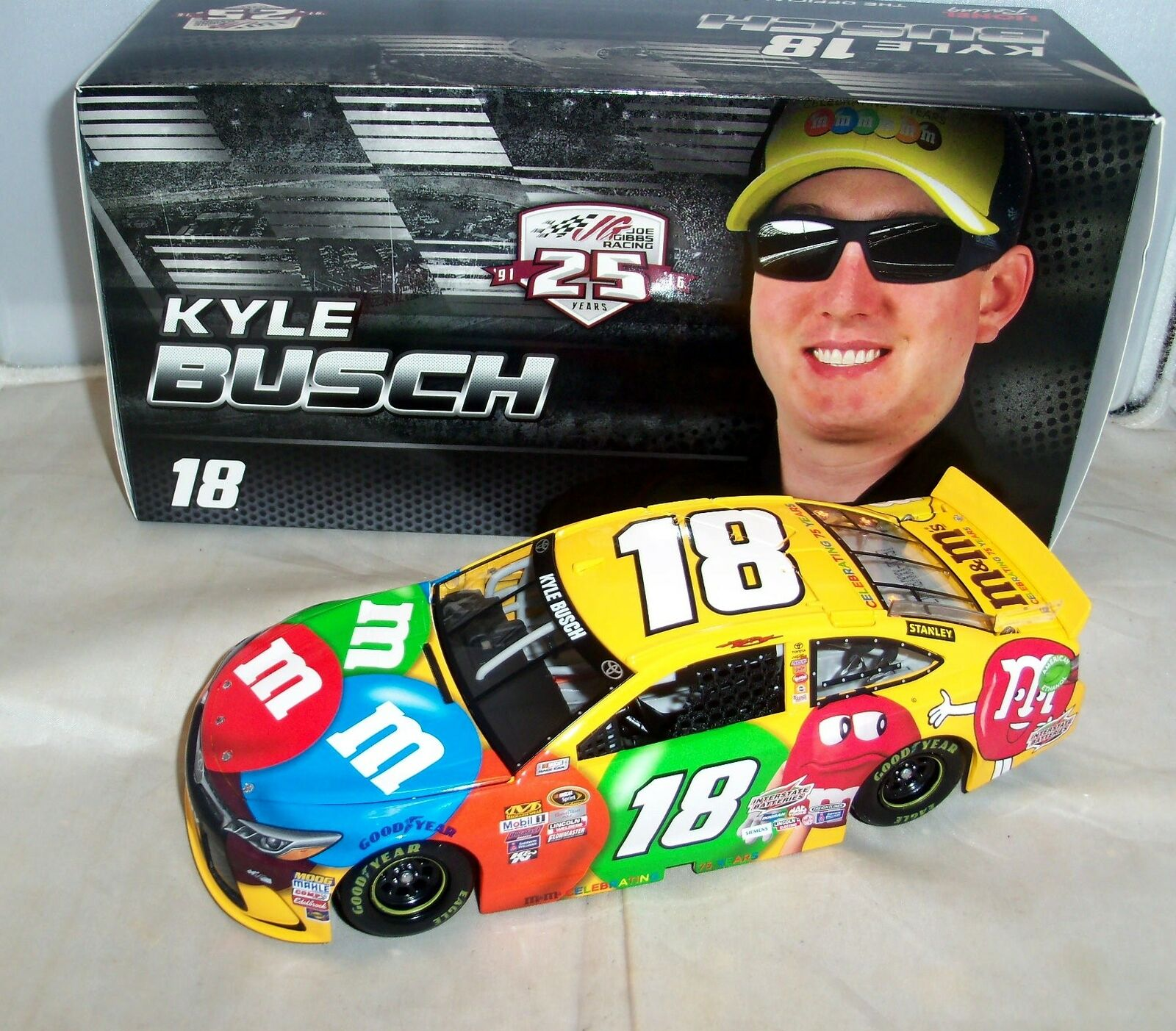 1 24 ACTION 2016  18 M&M'S BRAND JGR TOYOTA CAMRY KYLE BUSCH NIB