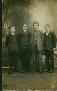 Carte-photo-ancienne-quatre-jeunes-hommes-dont-deux-freres-prenant-la-pose