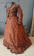 Pretty polka con punto vestito Early 1870s Sellino-Vittoriano Antico Fashion