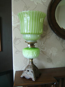 Oil-lamp-Hinks-no-2-bayonet-burner-Green-font-amp-shade-beautiful-working-OL20
