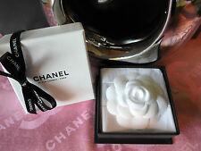 Original Chanel Kamelie / Camelia / Brosche Seide / weiß, in Geschenkbox