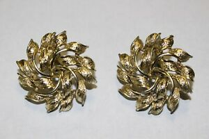 CORO-Vintage-Gold-Tone-Textured-Floral-Wreath-Nouveau-Clip-On-Earrings-Signed