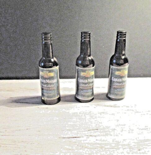 Una casa de muñecas en miniatura Botella De Ron Capitan Morgan Black Label