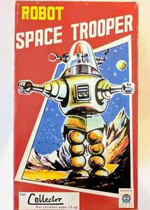 Space-Trooper-Red-Tin-Toy-Great-Gift-Item-And-Collectors-Item-Wind-Up-Tin-Toy