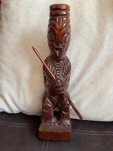 Maori-Tiki-Figura-di-Altamente-Stylides-Form-Holding-un-Lancia