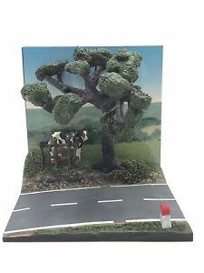 diorama-route-de-campagne-vache-barriere-borne-km-150-x150-mm-1-43-livr-gratuite