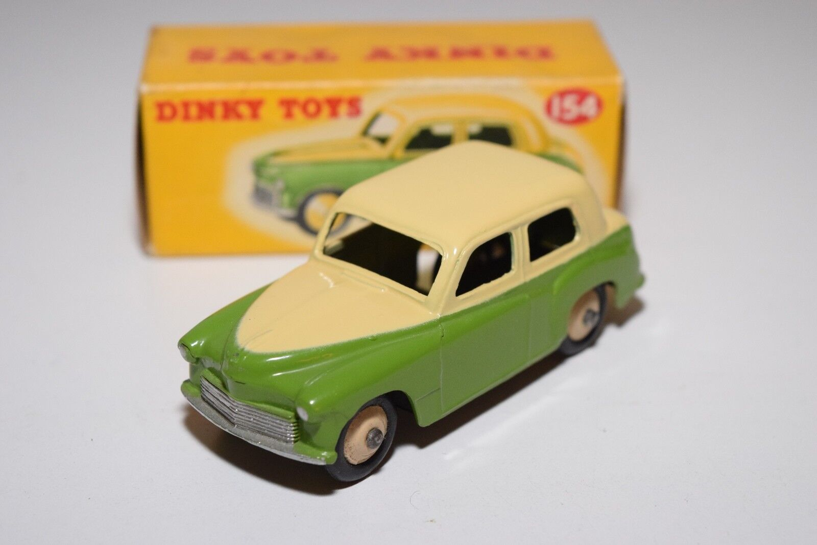 DINKY TOYS 154 HILLMAN MINX SALOON TWO TONE CREAM vert MINT BOXED RARE