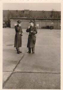 Echtfoto-zwei-Soldaten-im-Gespraech-Bundeswehr-Luftwaffe