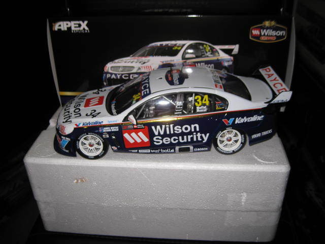 1 18 APEX HOLDEN VF COMMODORE 2017 SANDOWN RETRO LIVERY MOFFAT MUSCAT GRM