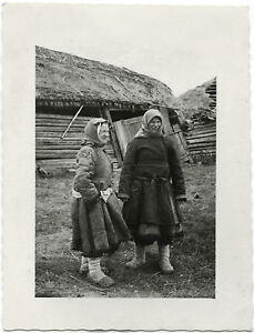 RUSSIAN-WOMEN-POSE-FOR-CAMERA-amp-ORIGINAL-ca-1940-039-s-PHOTO-TAKEN-BY-GERMAN-SOLDIER