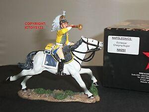 Cuirassier français roi et pays Na251 chargeant un soldat de jouet monté au clairon