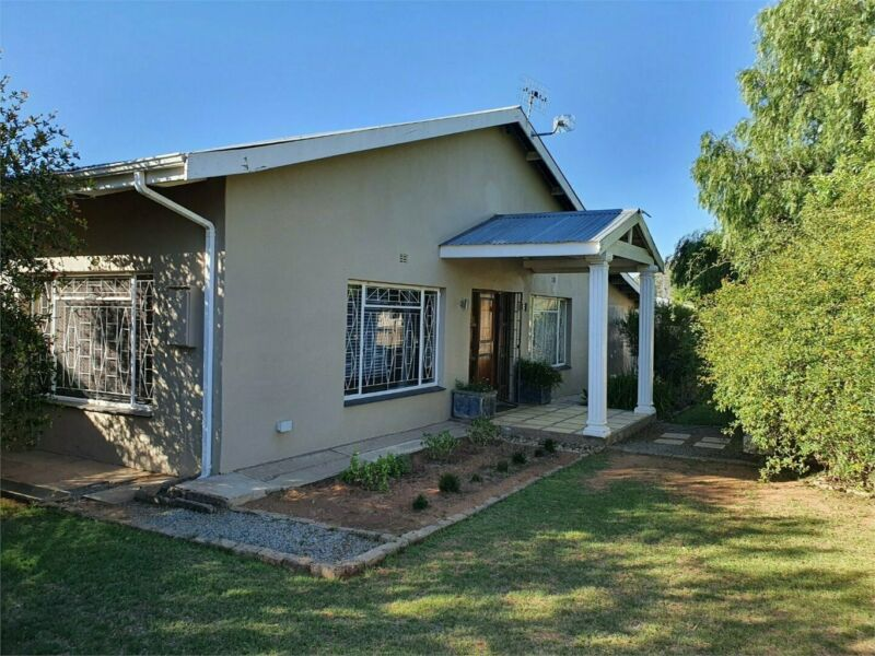 NEAT HOME, SMALL TOWN LIVING, MODERN WITH LARGE ERF