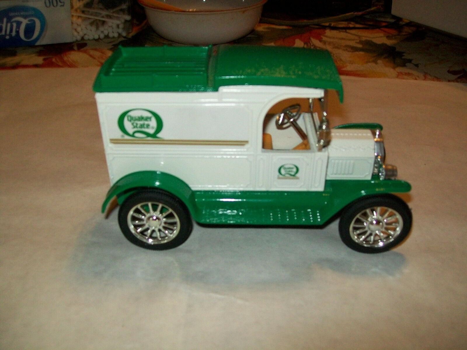 Ertl UU 1 25  Quaker State Motor Oil   1913 Ford Model T Delivery Bank