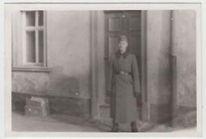 F20185-Orig-Foto-deutscher-Soldat-vor-Hauseingang-1941