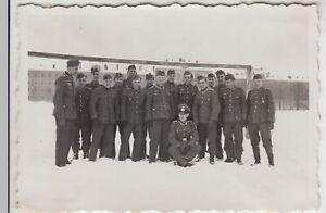 F20201-Orig-Foto-deutsche-Soldaten-a-Kasernenhof-im-Winter-1940er