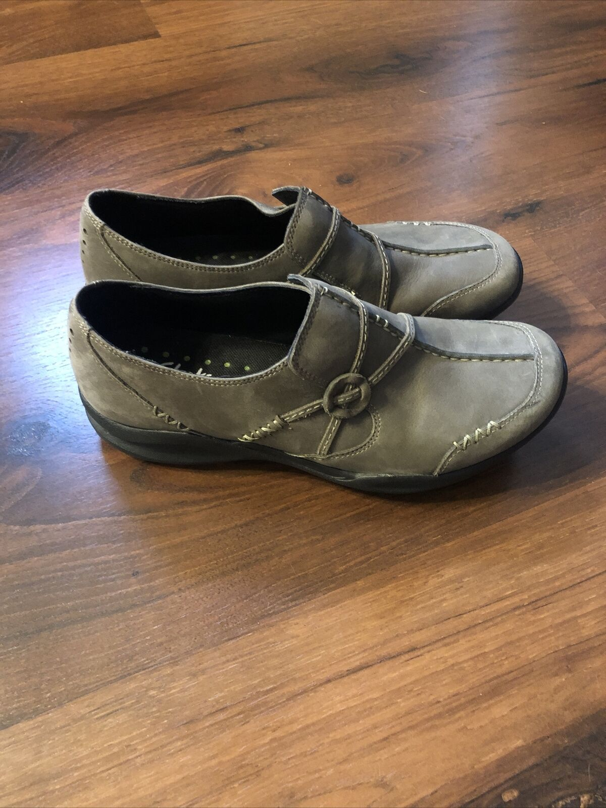 Womans Clarks Wave Run Slip-on Size 8.5 Olive Color Practically New!