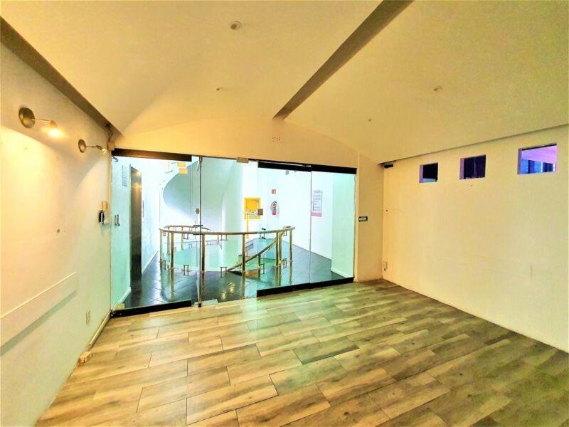 Amplia oficina de piso completo con excelentes espacios y altura en Insurgentes