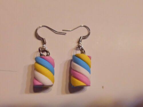 Ohrring mit rosa weiß gelbe blau Zuckerstange aus Kunststoff Handgemacht 4584