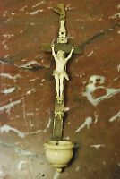 Petit Bénitier, Crucifix. Christ Janséniste en os du 18 ème siècle.