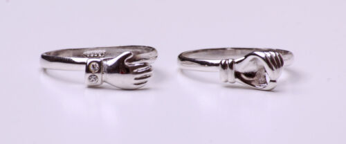 CHEERFUL SET OF 2 SUBTLE SPARKLING SILVER TONE RINGS 'HANDSHAKE' MOTIF (ZX22)