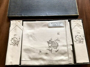 VINTAGE-HAND-EMBROIDERED-CREAM-amp-TAUPE-IRISH-LINEN-BOXED-SET-CLOTH-amp-2-NAPKINS