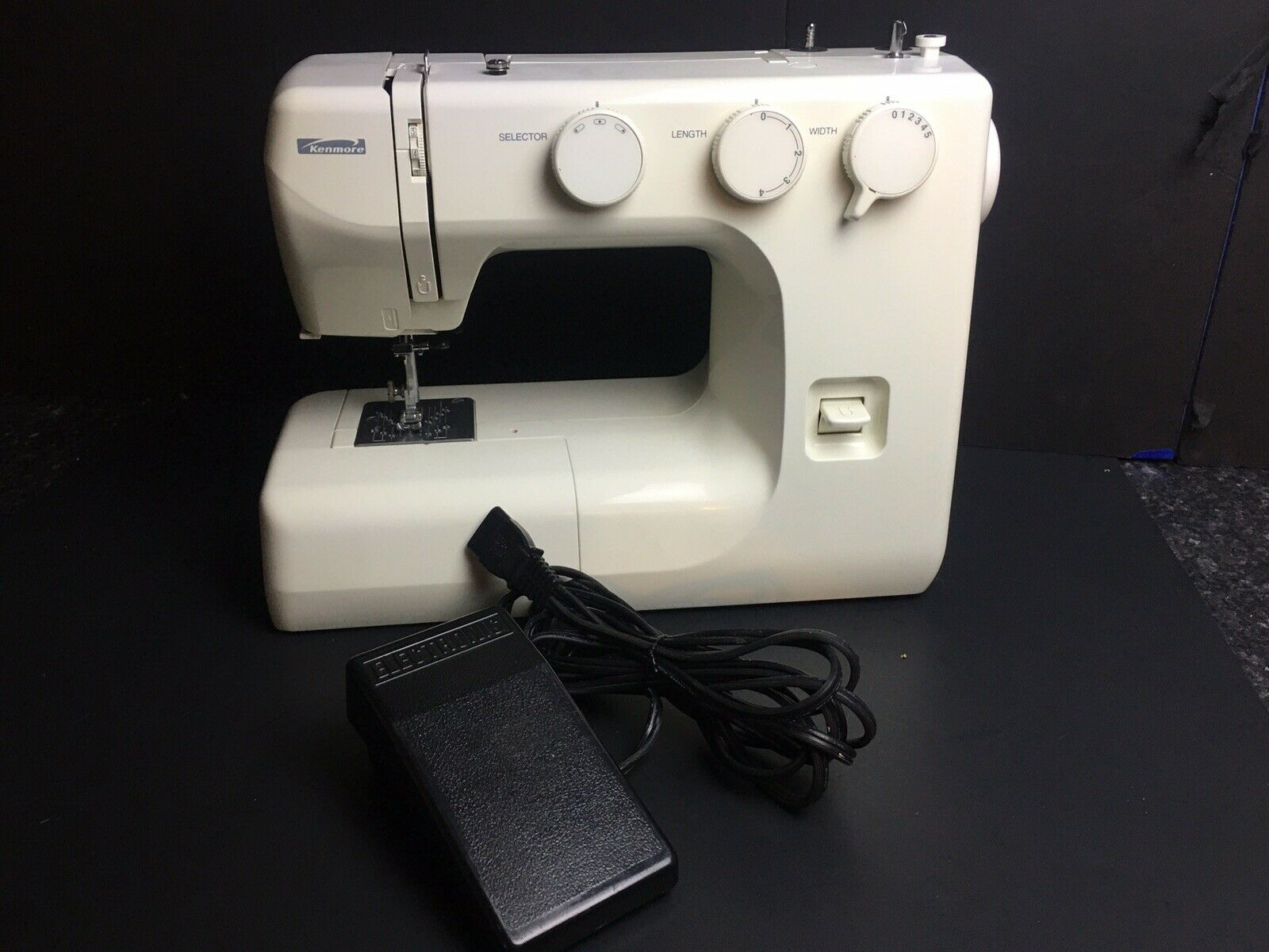 s l1600 - Kenmore Sewing Machine #:385 12102990 -w/Foot Petal -No Attachments -Works Great