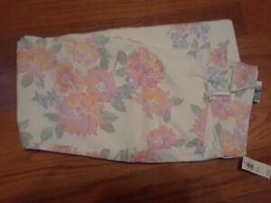 NEW Old Navy White Floral Pixie Stretch Capri Womens 4 NWT Closet353