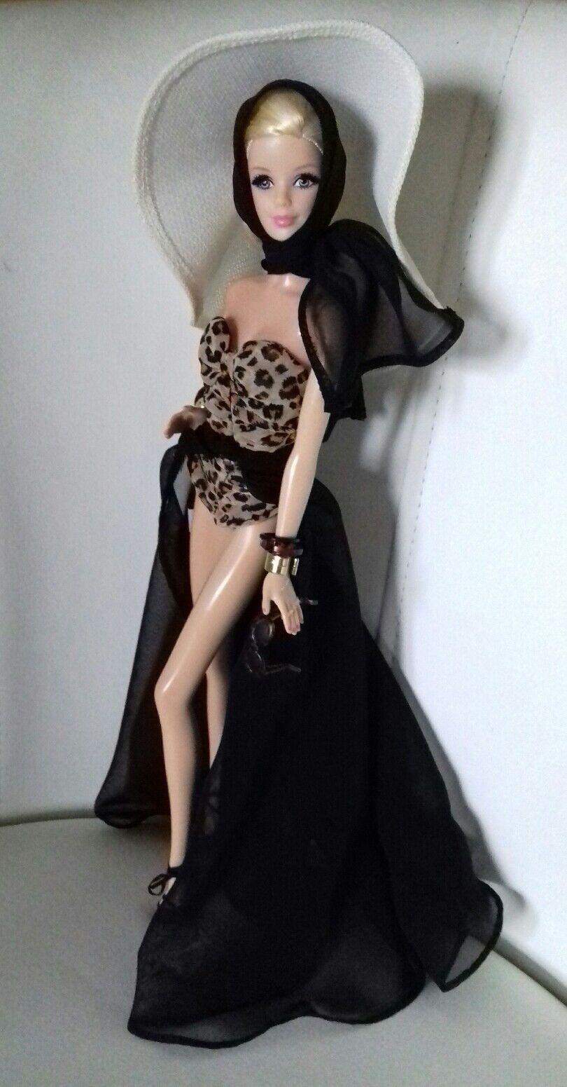 Bellissima Barbie in abiti Day in the Sun con bijoux e accessori.