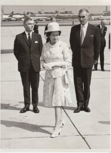 Queen Prepares to board her aircraft at Heathrow 8173 Press Photo
