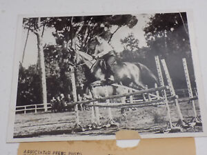 Original-1930-Press-Foto-Italiano-Dictador-Mussolini-Riding-Horse-Steeplechase