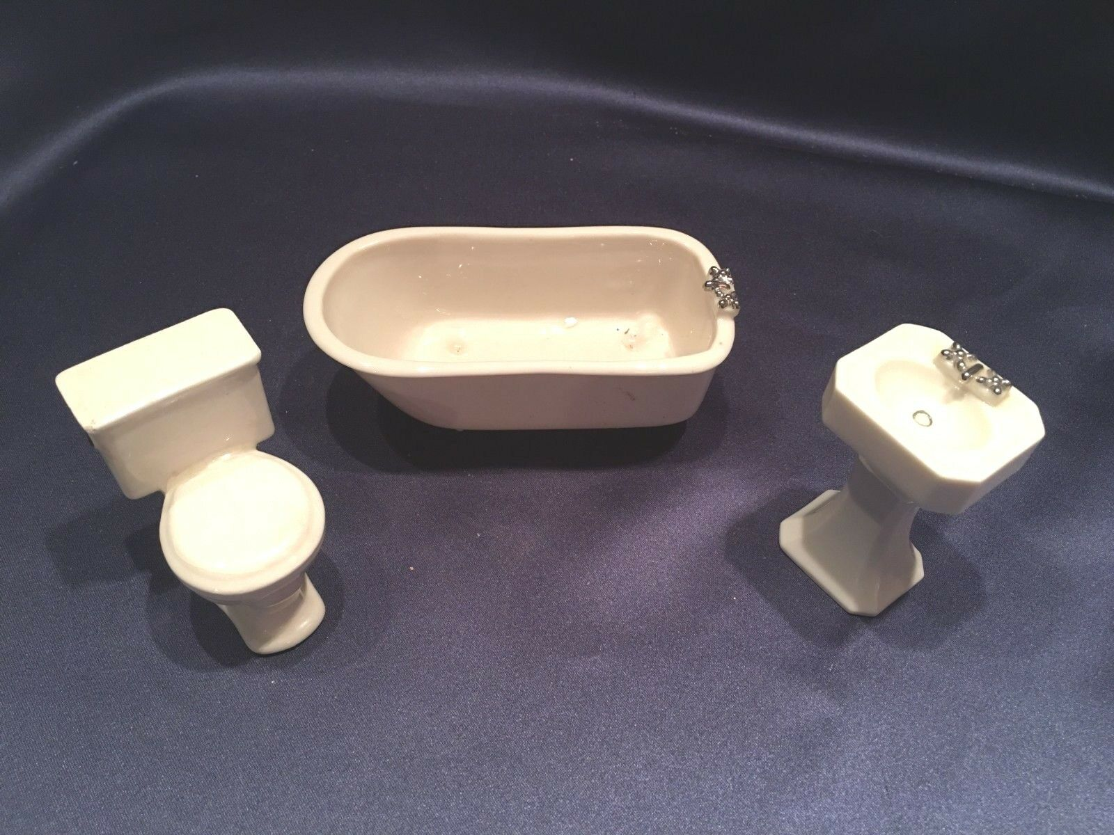Vintage  3 pc bambolahouse Miniature Porcelain Bathroom Fixtures Footed Tub Ped Sink  prezzi più convenienti