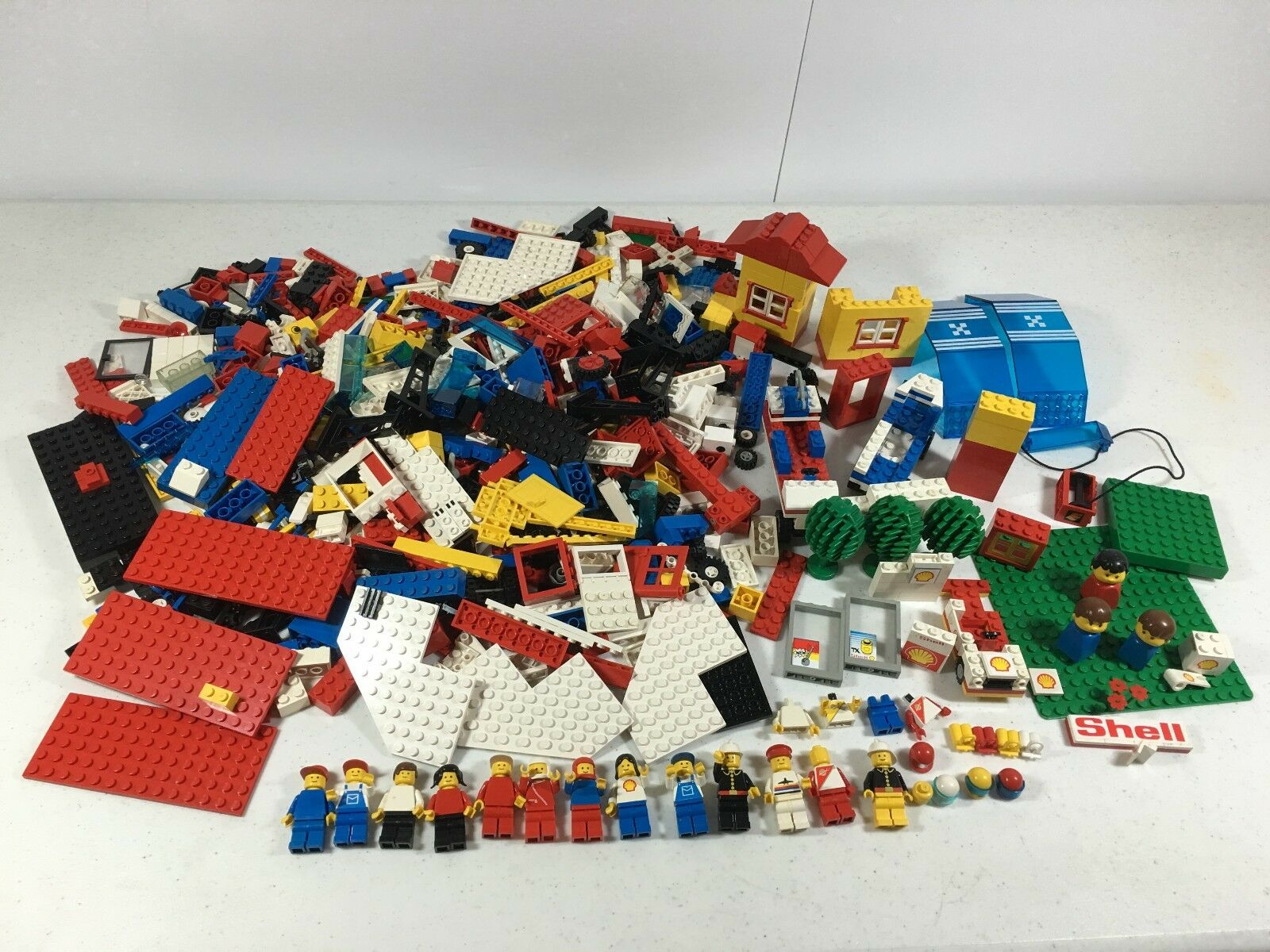Vintage Lego Mini Figures and Mixed Lot Shell Station City Space
