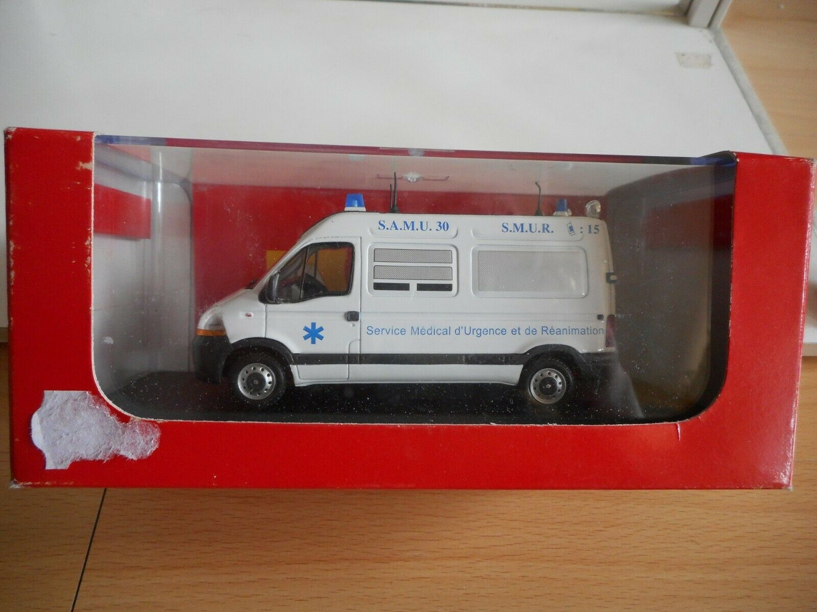 Eligor Renault Master SAMU    SMUR in blanc on 1 43  in Box  coloris étonnants
