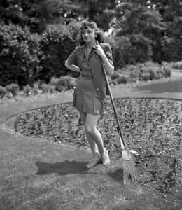 OLD-CBS-RADIO-PHOTO-CBS-Radio-actress-Cynthia-Carlin-c1940s-1