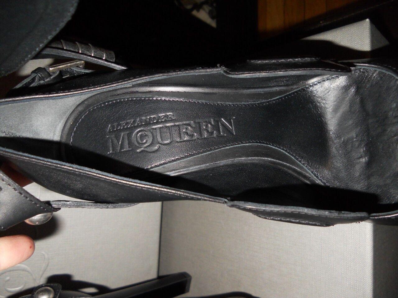 Alexander McQueen McQueen McQueen Metal Embellished Leather T Strap Cutout Platform schuhe  1,435 c76cd7