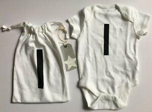 """Jusqu'à 1 Mois Baby's Next Blanc Gilet Dans Un Cordon De Serrage Sac Avec Initiale """"i 'impression-afficher Le Titre D'origine Adopter Une Technologie De Pointe"""