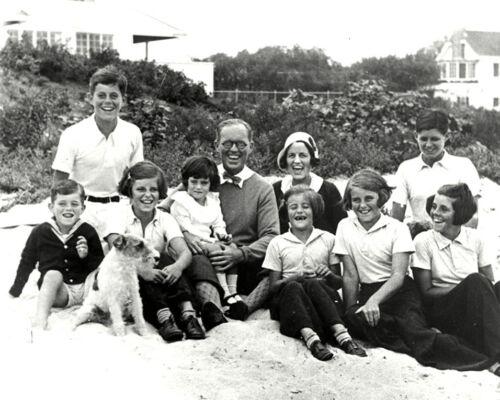 JOE AND ROSE KENNEDY WITH CHILDREN ON THE BEACH IN 1931  810 PHOTO BB-838