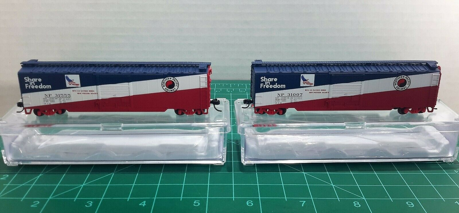 N Scale Atlas 50' Northern Pacific 'Share In Freedom' 2 Cars Item & 77