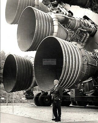 8X10 NASA PHOTO EP-346 WERNHER VON BRAUN STANDS BY ENGINES OF THE SATURN V