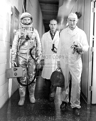 EP-627 JOHN GLENN ASTRONAUT INSPECTS ARTWORK FOR FRIENDSHIP 7  8X10 NASA PHOTO