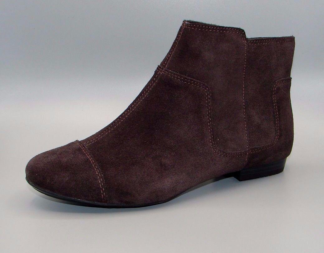 MOUNTAIN SNOW  Clark's Women's Dark Brown Suede Boots size 4 D.