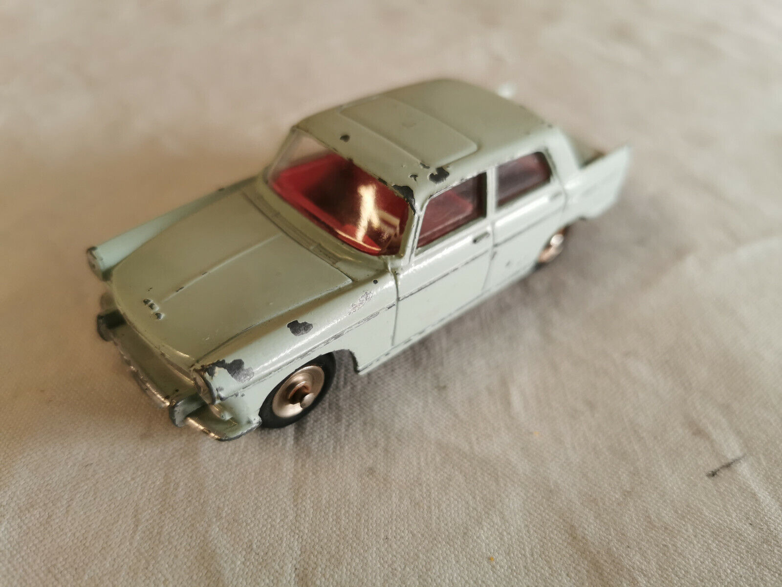 DINKY  TOYS  553  PEUGEOT  404  ERREUR  D'EMBOUTISSAGE  CHASSIS