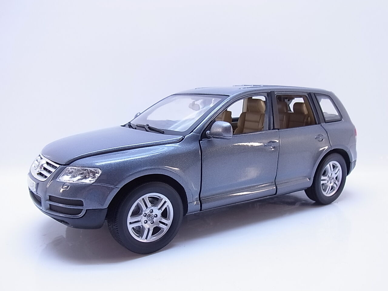 45123   Burago VW Touareg I (7l) SUV SUV 2002–2010 Grey 1 18 Model Car