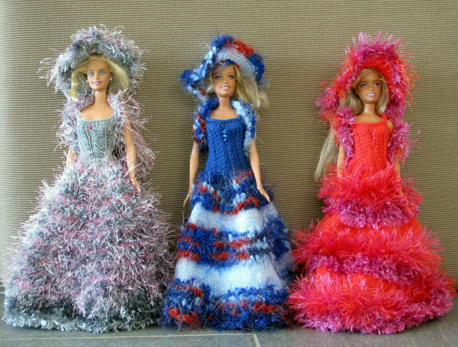 3 robes de poupée barbie modèles uniques faites main made in France chapeau boa